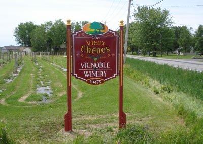 Enseigne extérieure pour le vignoble Clos des Vieux Chênes