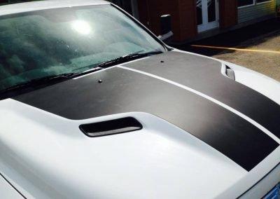 Décalques en vinyle noir mat sur camion Ram