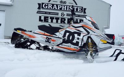 Wrap de motoneige : encore plus à vous offrir grâce au partenariat entre Duo Énergie Graphique – Lettreur Nord-Sud et Kutvek Kit Graphik!