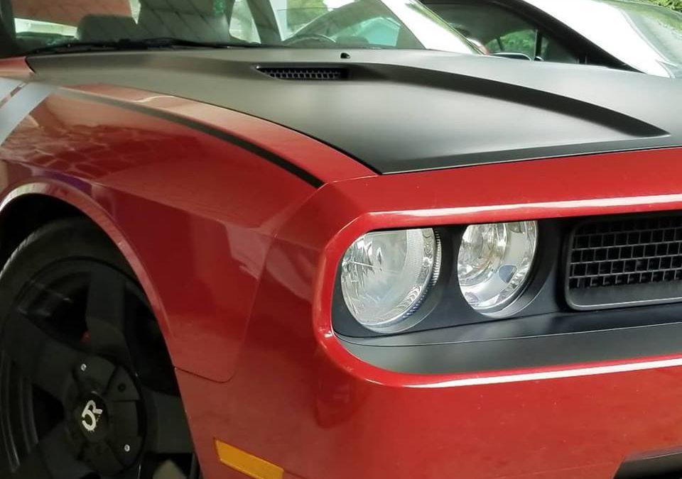 Lettrage mat du capot d'un Dodge Challenger