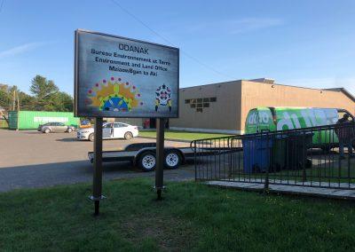 Enseigne non lumineuse sur pieux vissés pour le bureau environnement