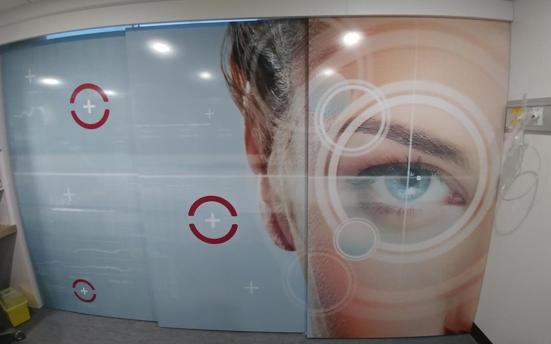 Murale sur portes – Suzy Mc Nicoll designer – Chirurgie Vision