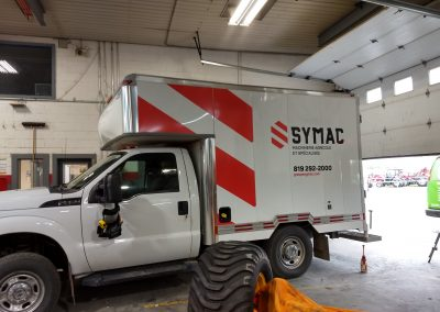 Impression et installation du lettrage – Groupe Symac